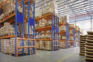 skladišče z večplastnimi regali v tovarni
